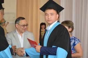 Декан факультета Карипбаев Б.И.  вручает дипломы выпускникам 2015 года