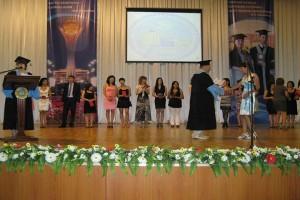 Проректор по учебной работе С.Т.Каргин вручает дипломы выпускникам факультета