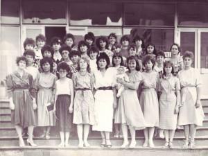 Студенты специальности ПиМНО 1988 года выпуска на ступеньках главного корпуса КарПИ