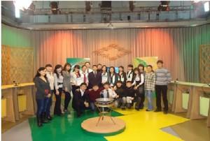 Студенты 1 курса группы ИО-11 на телеигре Жангырык телеканала Казакстан Караганды вместе с куратором Ж.А. Жумабековым, 2010 год