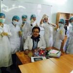 На лаботорных занятиях по аналитической химии (проф. Амерханова со студентами группы ХЕ-21_2015)